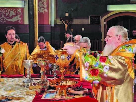 Владимир Путин впроцессе  Рождественского богослужения подарил икону церкви вПетербурге